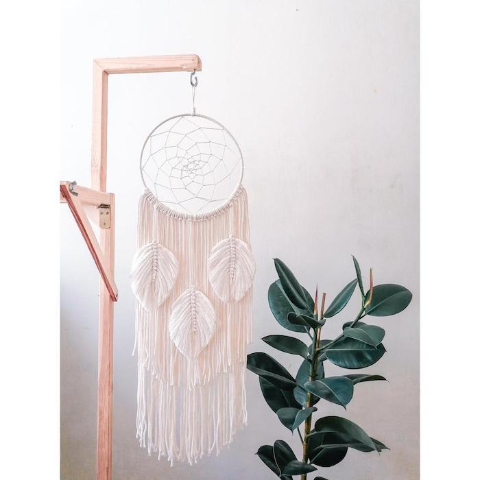deko große grüne pflanze großer traumfänger makramee aufgehängt auf einem ständer originelle idee dekoration wohnzimmer schlafzimmer
