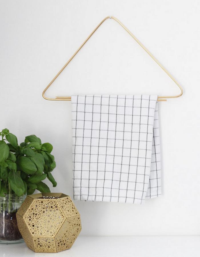deko nordisch grüne pflanze basilikum aufhänger mit einem weißen karieten tuch küche einrichten dekoration