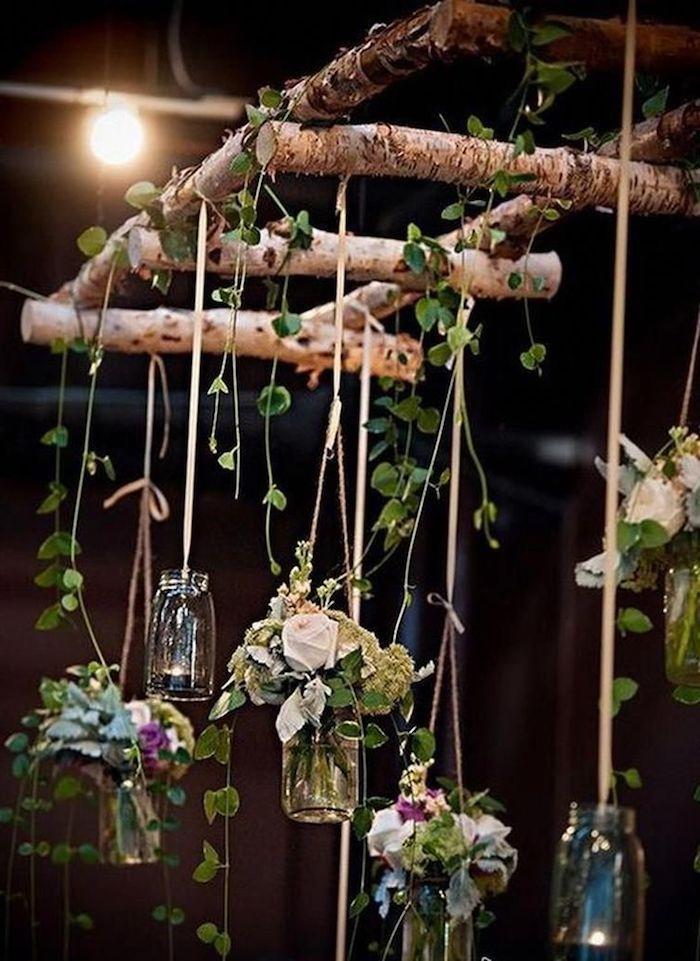 dekoration mit schönen blumen flaschen aufgehängt auf leiter aus birkenholz weiße rosen birkenholz deko romantische einrichtung garten