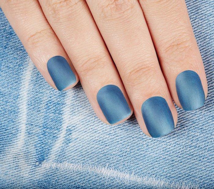 denim blue eine hand einer frau mit fingern mit blauem nagellack frau mit jeans