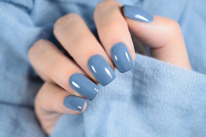 denim blue eine trendige farbe für nagellack nageldesign herbst eine frau mit blauen nägeln