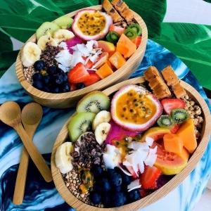detox kur entschlacken frische früchte exotisch schüssel mit bananen papaya kiwi beeren kokos