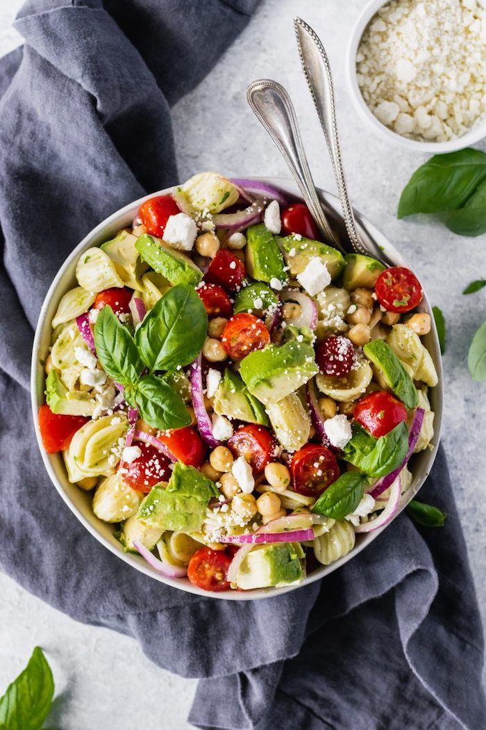 detox kur menü salat mit kichererbsenavokado tomaten pasta rote zwiebel budha bowl