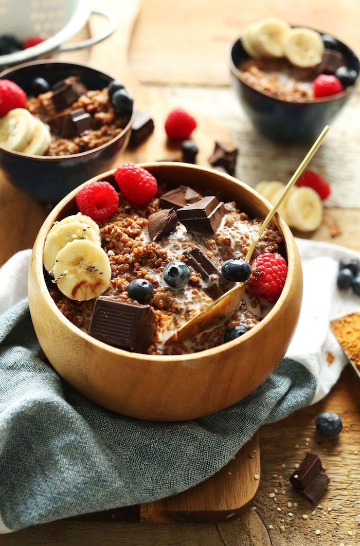 detox kur selber machen frühstück gesunde müsli mit schokolade bananen himbeeren heidelbeere