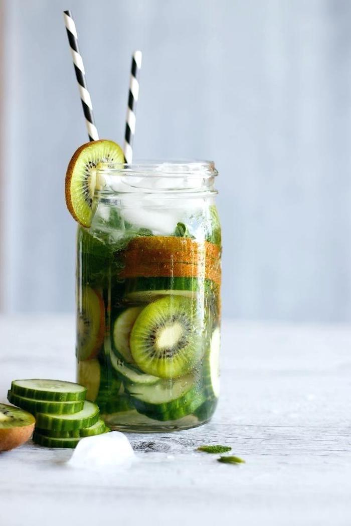 detox kur selber machenentschlacken wasser mit gurken und kiwi scheiben im glass
