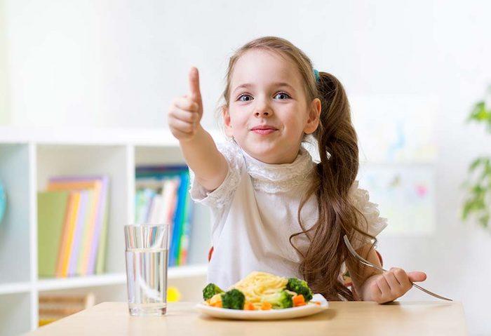 detox lber entgiften 3 tage mädchen in weißer bluse teller mit spaghetti brokkoli