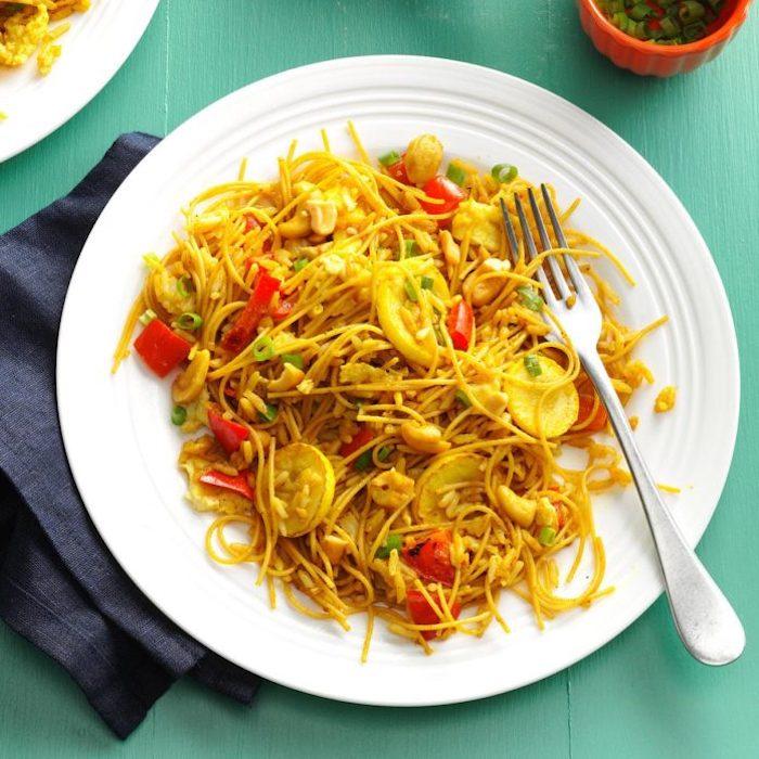 diät gesundes mittagessen zum abnehmen nudeln mit curryreis paprika gelbem sommerkürbis basmati reis leckeres gerichte zubereiten