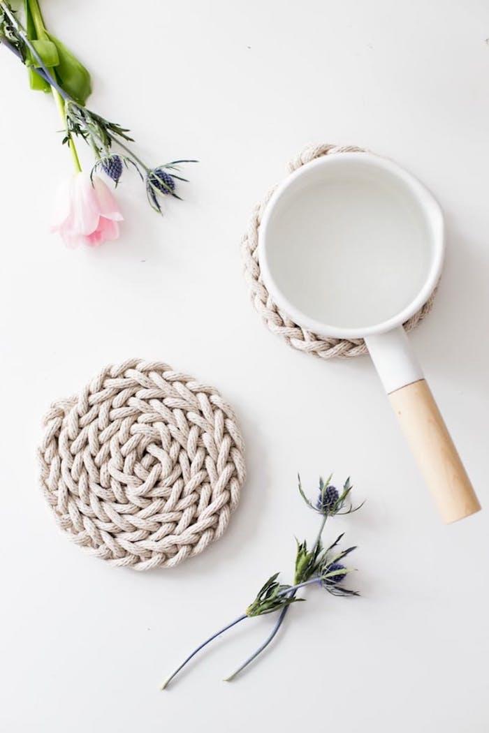 diy anleitung skandinavische deko selber machen weißer untersetzer aus seil stricken minimalistisches design pinke rose