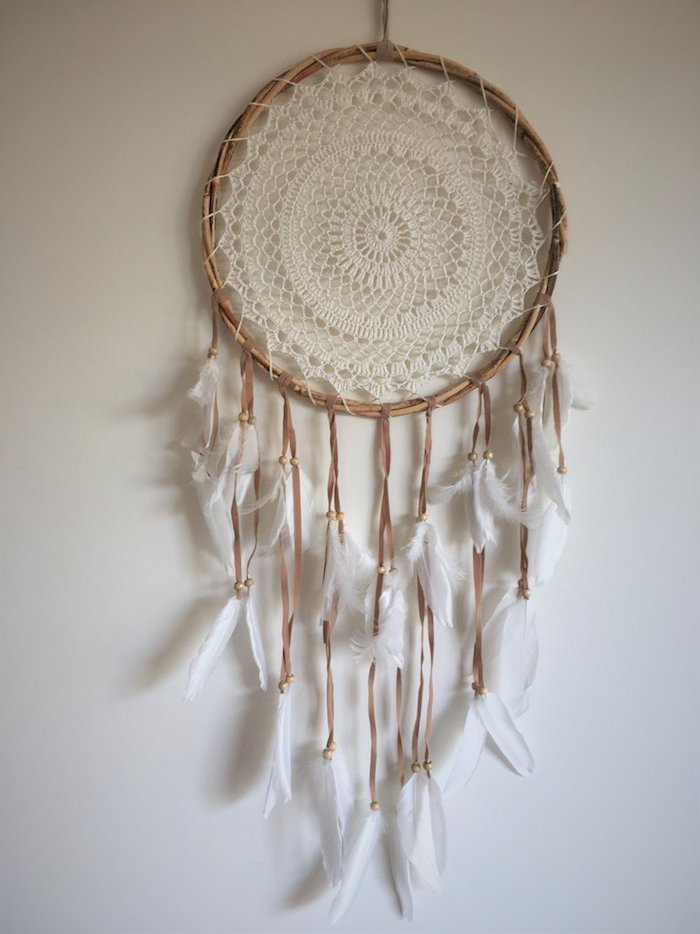 diy ideen traumfänger makramee mit weißen federn ring aus holz weiß beige wand wohnzimmer boho chic style einrichtung inspo