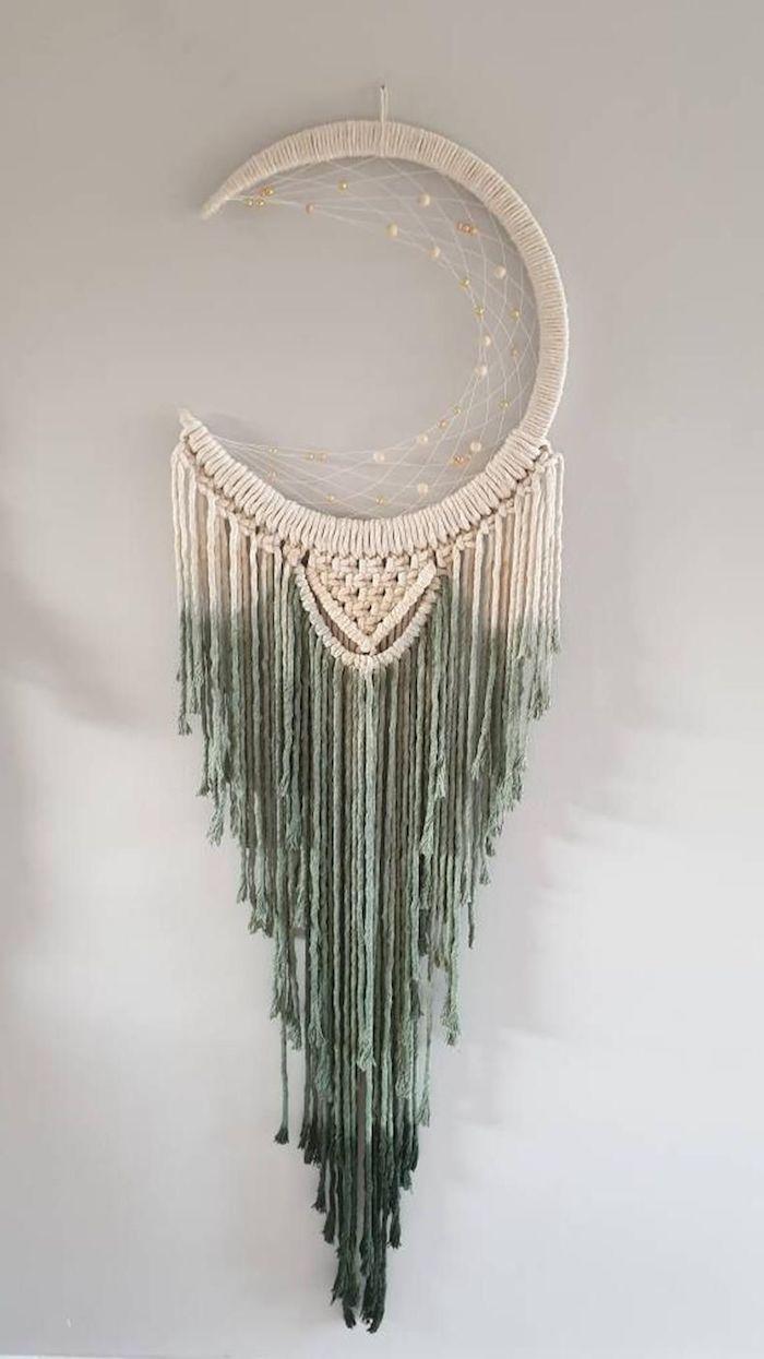 diy weiß grüner traumfänger makramee mond form asymmetrisch kreative dekoration innenausstattung wohnzimmer inspo