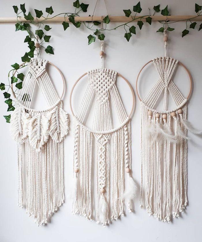 drei große traumfänger makramee mit ring holzernen steinen grüne kletterpflanze wohnzimmer dekoration ideen inspiration