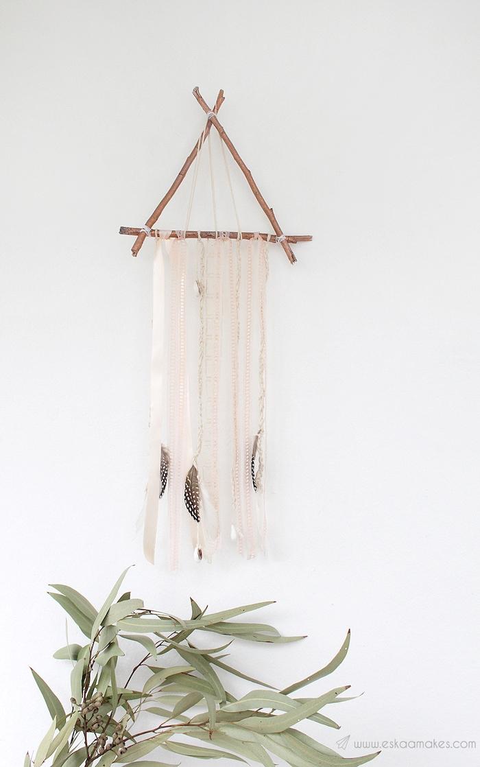 dreieck förmigen traumfämger selber machen dekoriert mit federn wohnzimmer grüne pflanze minimalistische innenausstattung inspo