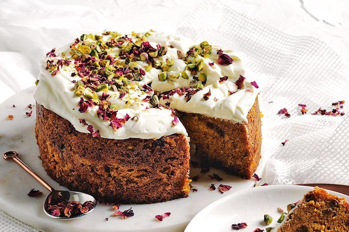 ein kuchen mit sahne und quark ein löffel weißer teller mit kuchen mit möhren klene kuchen einfach und schnell mit quark