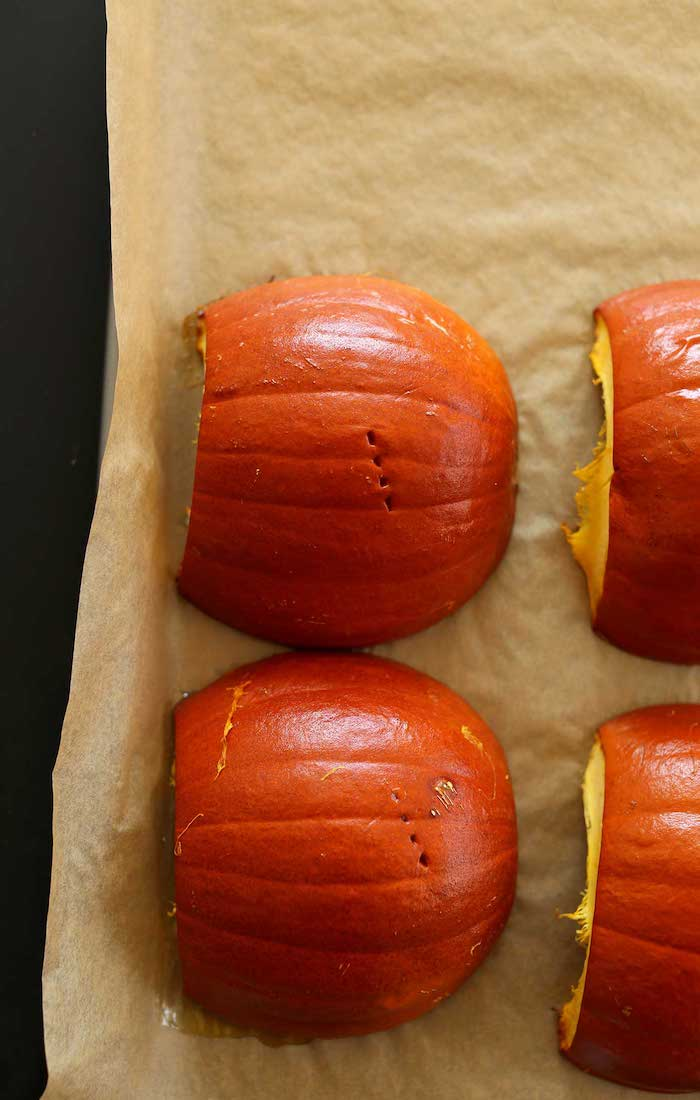 eine kürbissuppe hokkaido rezepte schrriitt für schritt anleitung vier geschnittene orange kürbisse kürbis hokkaido schneiden