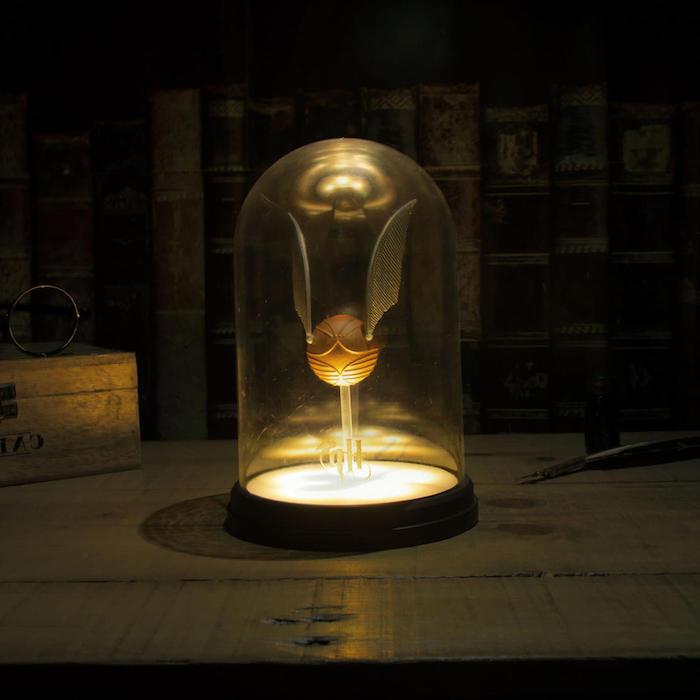 eine lampe mit einem kleinen goldenen snitch harry potter lamoe für das schlafzimmer
