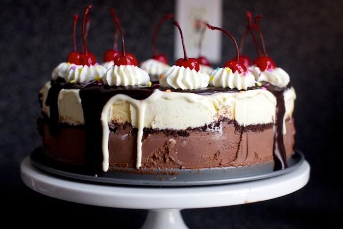 eine torte mit schokolade sahne und kirschen kuchen rezepte einfach und schnell mit wenig zutaten