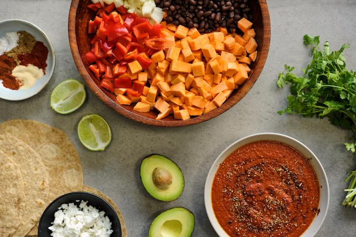 einfache vegetarische rezepte enchilados mit süßen kartoffeln und limetten avocado