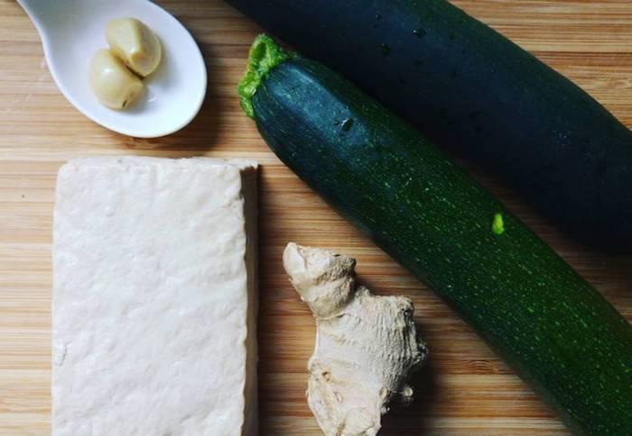 einfache vegetarische rezepte mit venigen zutaten zucchini tofu knoblauch und ingwer