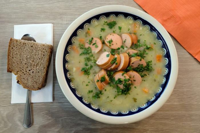 einfaches und schnelles kartoffelsuppe rezept brot und löffel suppe mit würstchen
