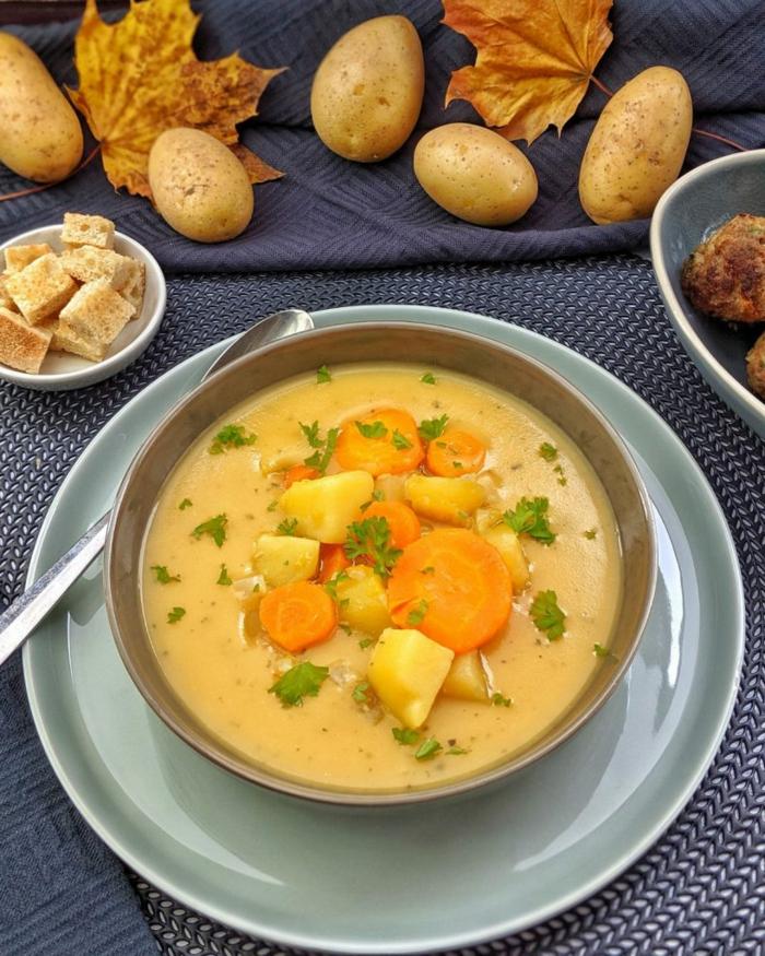 einfaches und schnelles kartoffelsuppe rezept eine schüssel mit suppe mehlig kochende kartoffeln