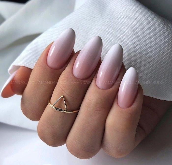 eleganter goldener ring mit einem dreieck gelnägel babyboomer inspiration minimalistische nageldesign inspo ideen rosa weiß nagellack ombre look
