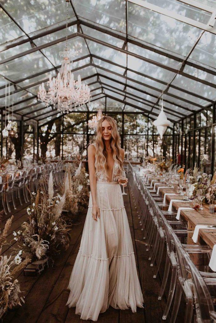 eleganter stil lange gewellte haare ausgefallene brautkleid tiefer v ausschnitt kleid mit hoher taille romantischer look hochzeit boho chic