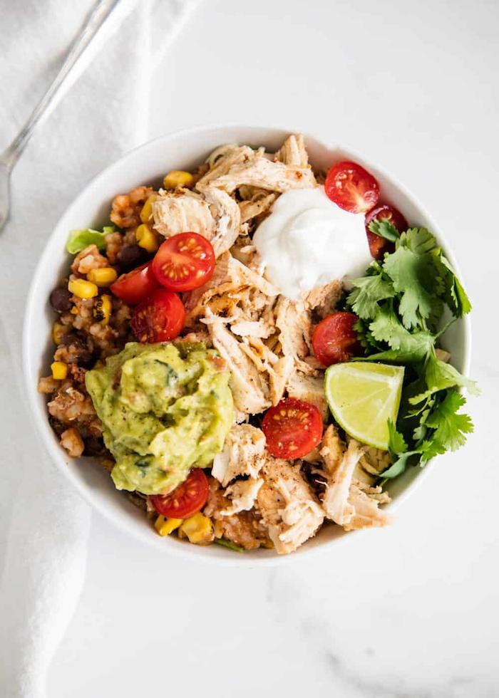 entschlacken detox kur salat bowl mit hühnchenfleisch guacamole tomaten petersilien limettesaft