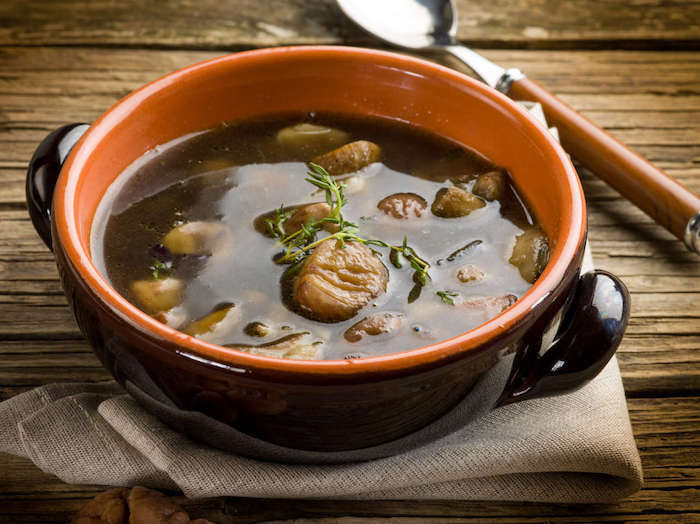 esskastanien zubereiten richtig kochen herbst suppe mit kastanien lecker und gesund in schüssel