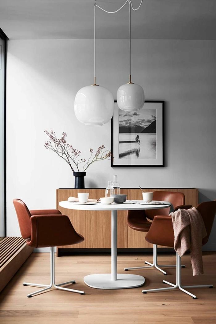 esszimmer modern gestalten vintage lederstühle weiße wand holzmotive skandinavische wanddeko schwarz weiße foto