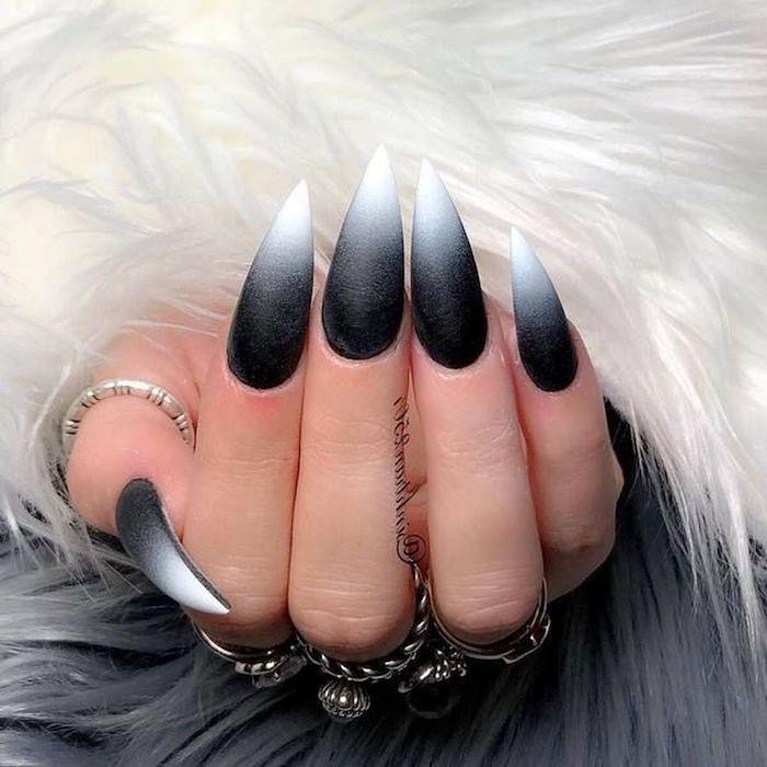 flauschige jacke sehr lange maniküre stiletto form ombre nägel schwarz weiß 2020 nageldesign