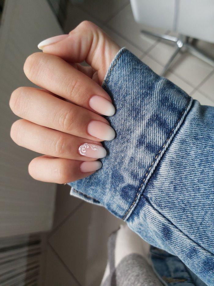 frau in blauer jeansjacke babyboom nägel trend 2020 nägel in rosa weiß ideen für die maniküre minimalistisches nageldesign inspo