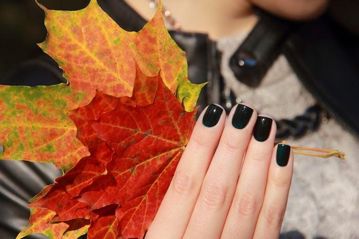 frau mit einer schwarzen ledderjacke ideen für nageldesign herbst eine hand mit einems schwarzen nagellack