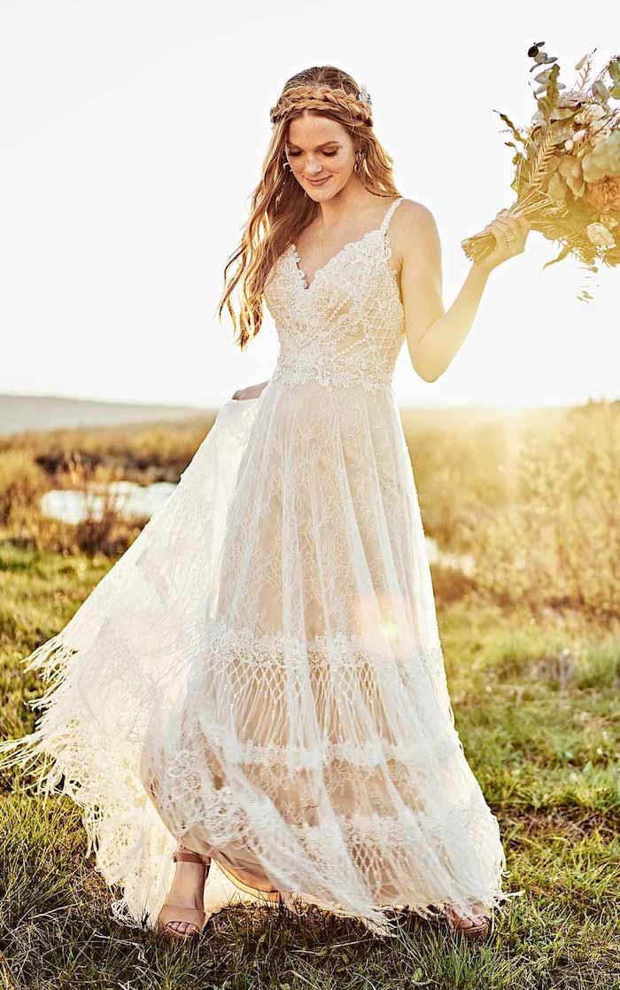 frei fließendes hippie brautkleid mit spitze v ausschnitt romantische hochzeit inspiration flechtfrisuren ideen lange gewellte haare schöner blumenstrauß