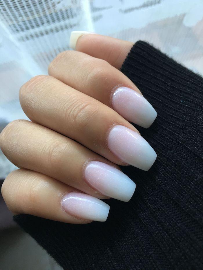 french fade maniküre schwarzer sweatshirt lange fingernägel minimalistische maniküre gelnägel rosa weiß französische nägel modern inspiration