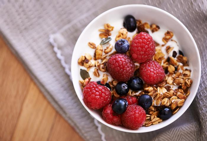 frühstück-haferflocken-mit-yoghurt-himbeeren-blauberen-gesundes-essen-was-koche-ich-heute-gesund-zum-abnehmen