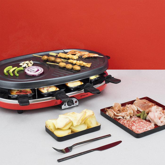gabel und messer ein tischgrill mit fleisch für raclette paprika salami kartoffel schinken raclette rezepte