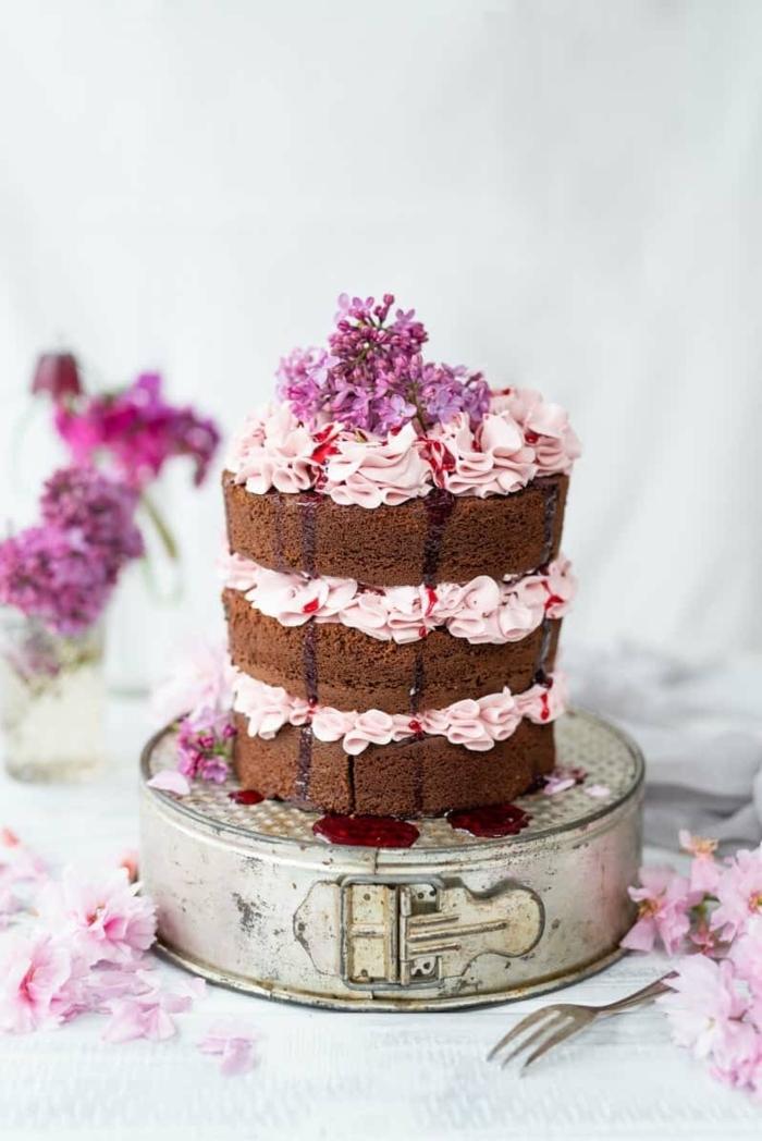 geburtstagstorte für mädchen 12 jährige mädchen torten dekorieren nacked cake mit schokolade und creme mit erdbeeren lila blüten