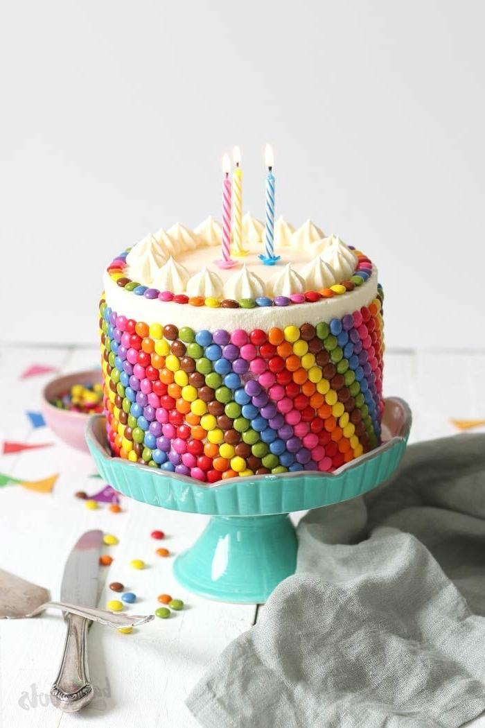 geburtstagstorte selber machen für mädchen 3 jahre regenbogenkuchen kuchen dekoriert mit bonbons süßigkeiten torte