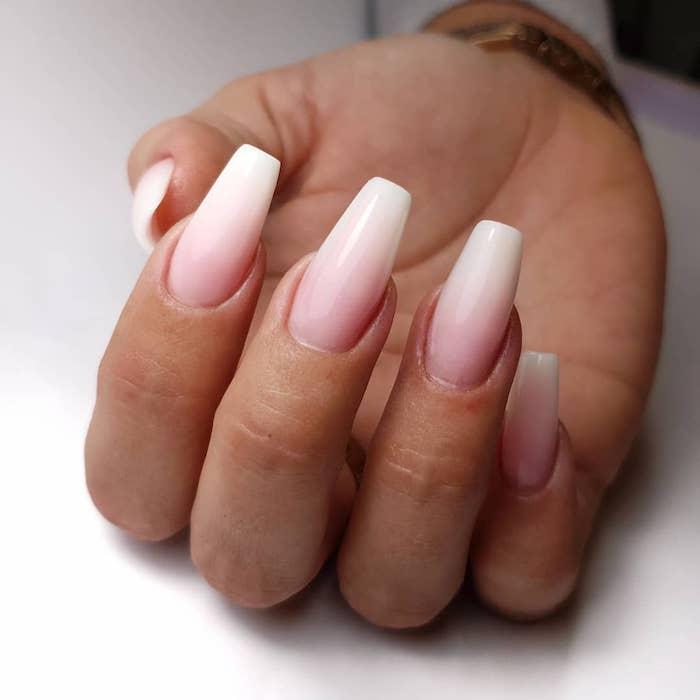 gelnägel weiß rosa lang mandelform ombre look maniküre handpflege rosa weiß nagellack nageldesign trends 2020 inspo