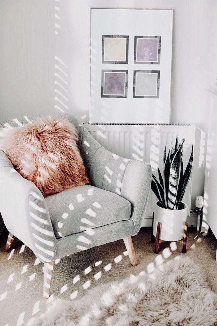 gemütliches zimmer einrichten wanddekoration wohnzimmer graues sofa flauschiger pinker kissen weiße vase grüne pflanze schwarz violett quadrate abstraktes gemälde