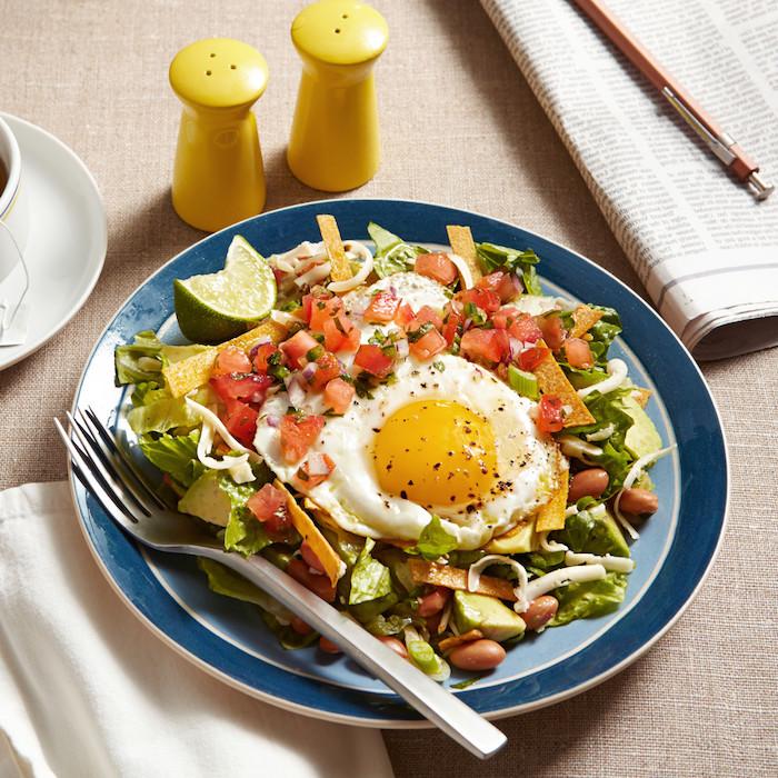 gericht salat huevos ranchero mit ei schwarzen bohnen tomaten gurken avocado salat was koche ich heute abend schnell und einfach