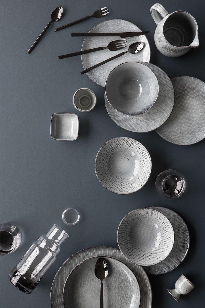 geschirr set skandinavisches design graue teller schalen tassen und gläser nordische inspiration flasche aus glas
