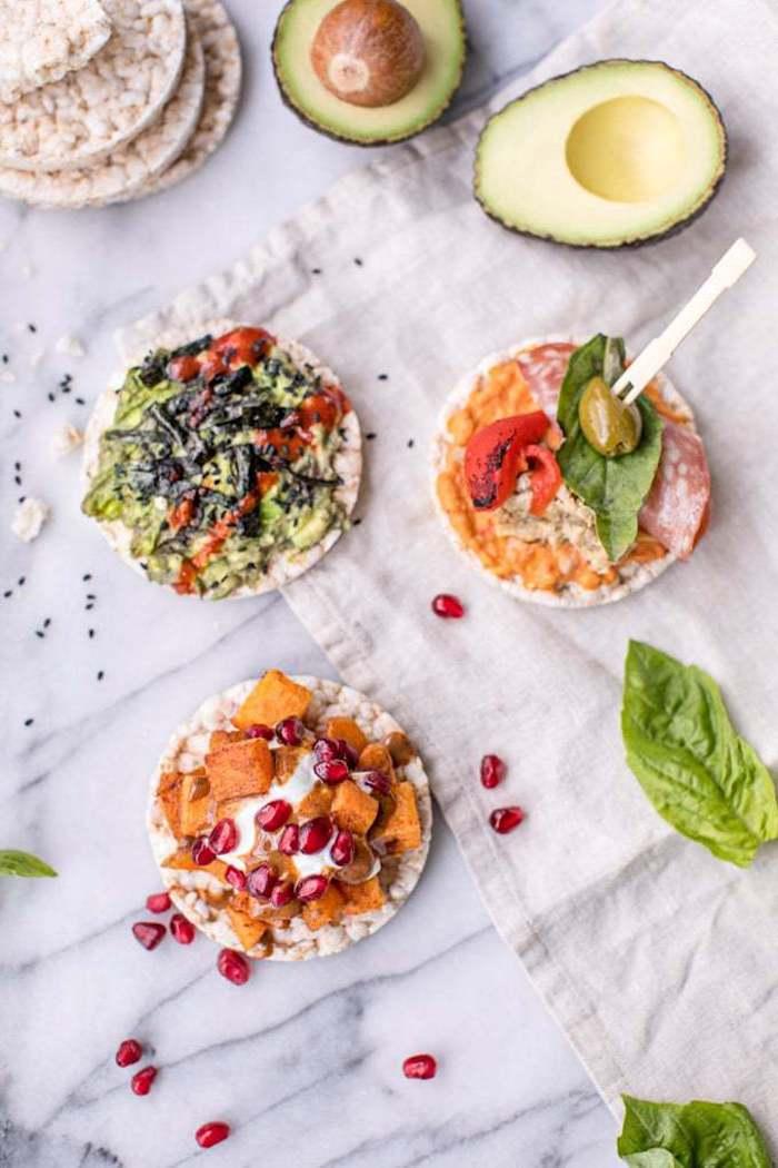 gesunde reiswaffeln mit kürbis und granatapfel avocado und tomaten verschiedene kombinationen snack ideen einfache rezepte zum abnehmen