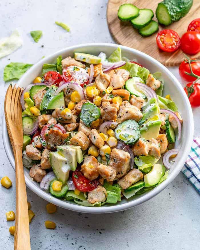 gesunder salata mit hühnchen avocado mais kirschtomaten blattsalat zwiebeln gurken dressing schnelles gesundes abendessen