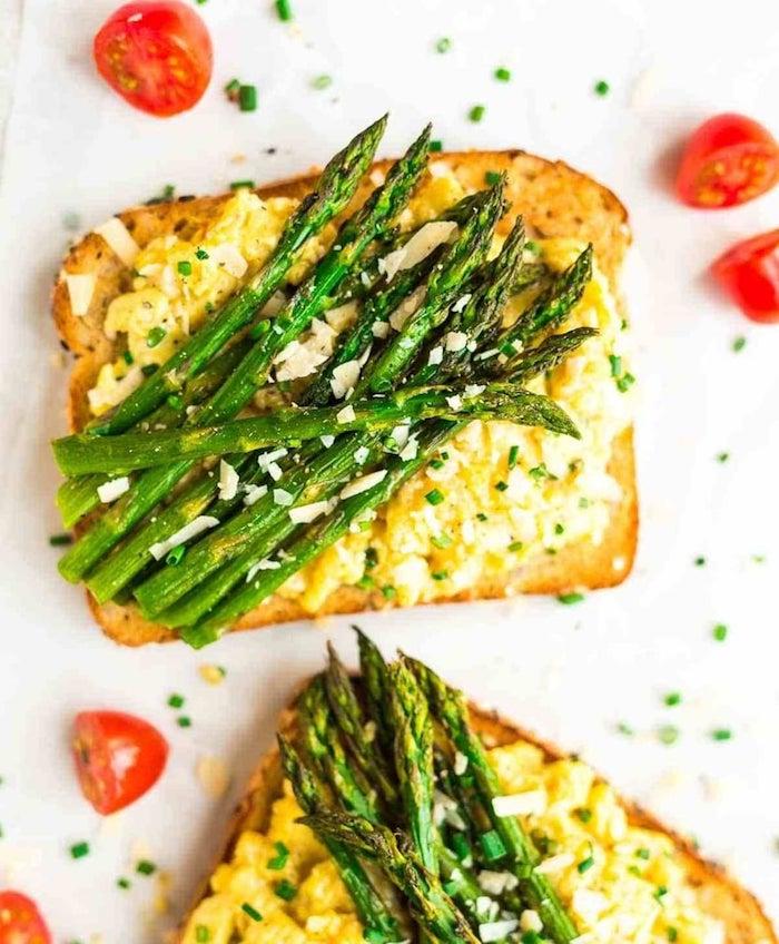 gesundes abendessen zum abnehmen toast mit ei und spargel gehälfte kirschtomaten leckeree ideen zum kochen einfach und schnell
