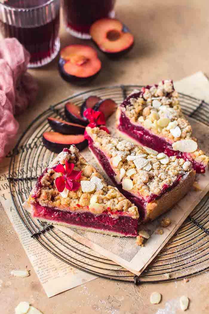 glas mit rotem saft ein kuchen mit kleinen roten pflaumen eine zeitung idee für kuchen mit pflaumen