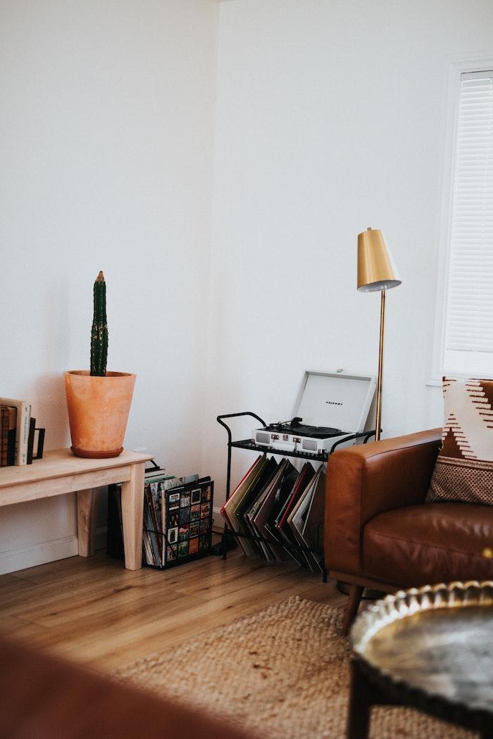 goldene lampe brauner ledercouch deko wohnzimmer modern große vase mit kaktee schallplattenspieler inneneinrichtung inspiration und ideen heller holztisch