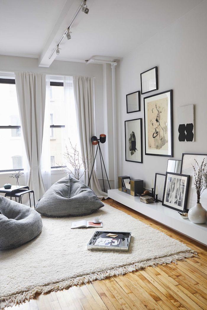 graue farbtöne wohnzimmer innenausstattung wohnzimmerwand gestalten schwarz weiße bilder dekoartikel inspiration zwei sitzsäcke schwarz weiß minimalistische dekoration
