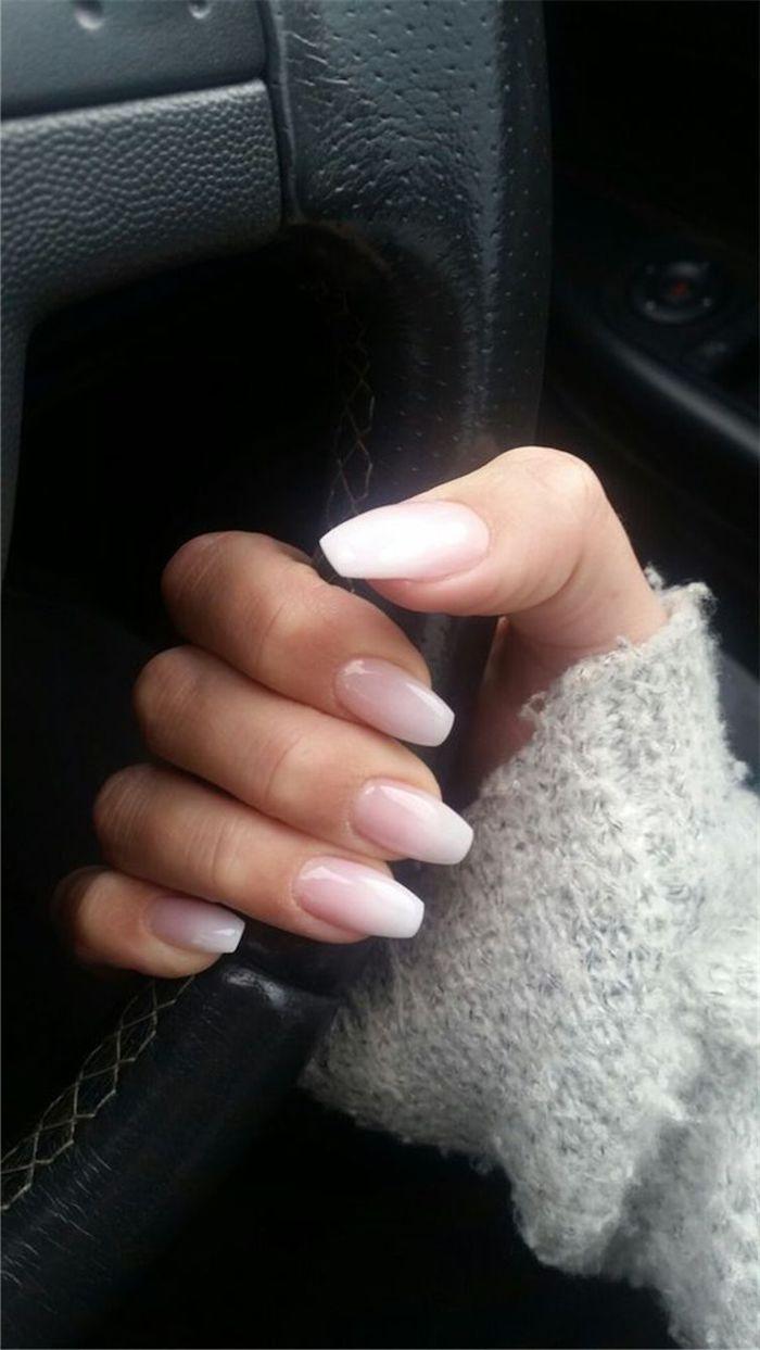 grauer pullover lange fingernägel dezente maniküre elegant gelnägel rosa weiß ombre look design trends nägel inspo