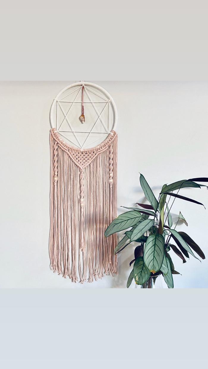 große grüne pflanze großer traumfänger makramee pink mit stern inneneinrichtung dekoration ideen und inspiration wohnzimmer